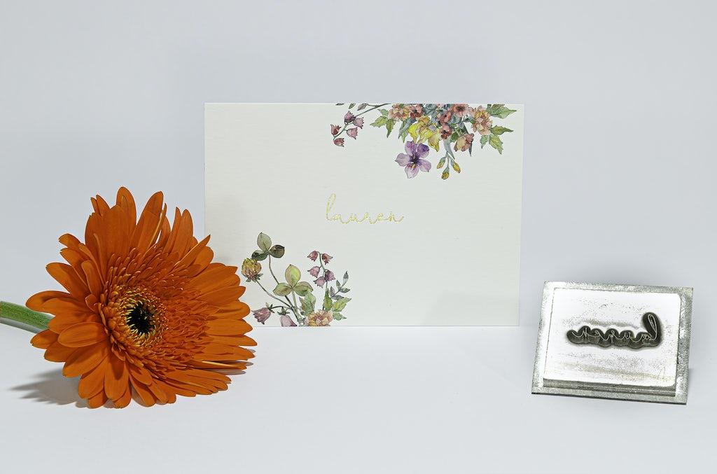 Geboortekaartje met bloemen en in foliedruk handgeschreven naam